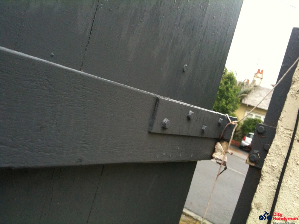 City-Handyman-Melbourne-Gate-Hinge-Before